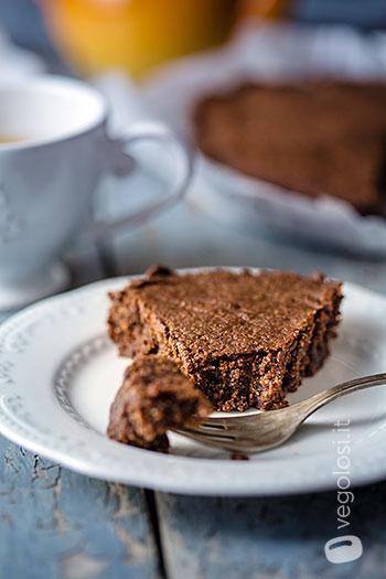 Torta tenerina vegan al cioccolato e datteri senza zucchero