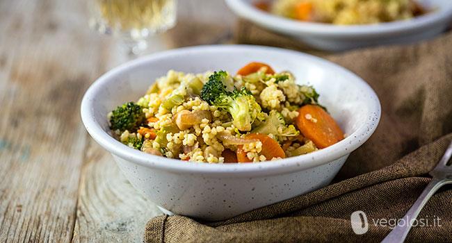 Miglio saltato con carote, broccoli e cipolle rosse