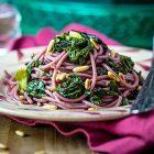 Spaghetti al vino rosso, erbette e pinoli