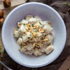Gnocchi vegan di cavolfiore con salsa allo scalogno e nocciole