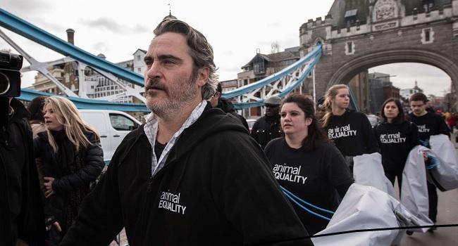Joaquin Phoenix nell'azione di Animal Equality a Londra