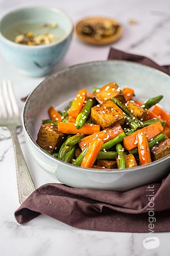 Tofu saltato con fagiolini e carote