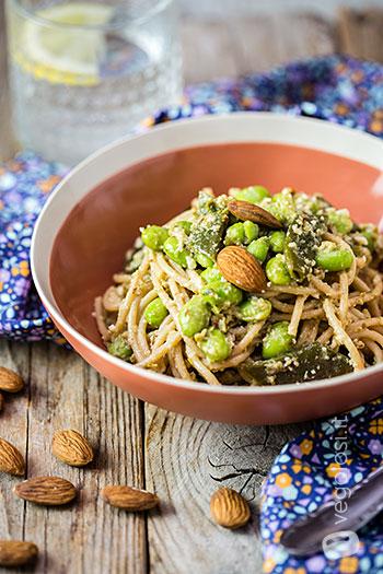 Spaghetti con taccole, edamame e pesto di olive e mandorle