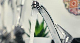 Acqua del rubinetto, la beve sempre quasi la metà degli italiani