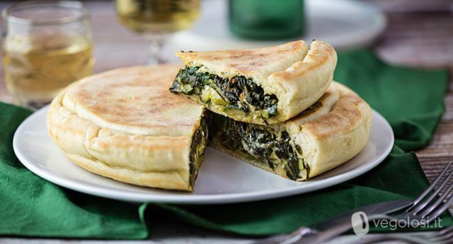 Focaccia in padella vegan ripiena di zucchine, erbette e besciamella